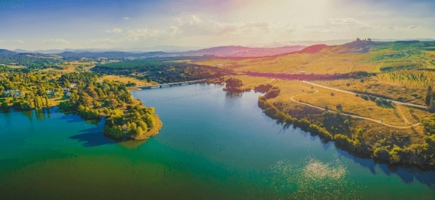 The Australian Capital Territory (ACT) Lake Burley Griffin next to Canberra is a perfect place for students living and studying in Australia. A beautiful sunset behind the mountains.